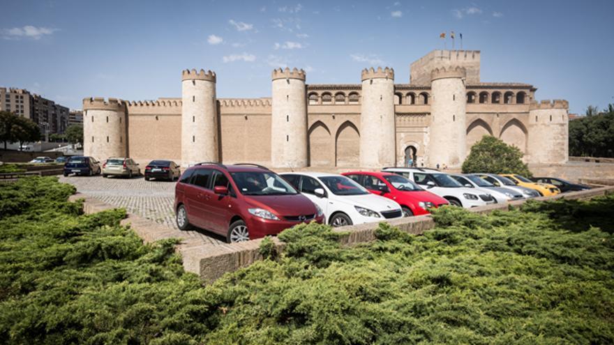 Los coches aparcados entre las murallas y el foso deslucen la contemplación de una joya arquitectónica como La Aljafería.