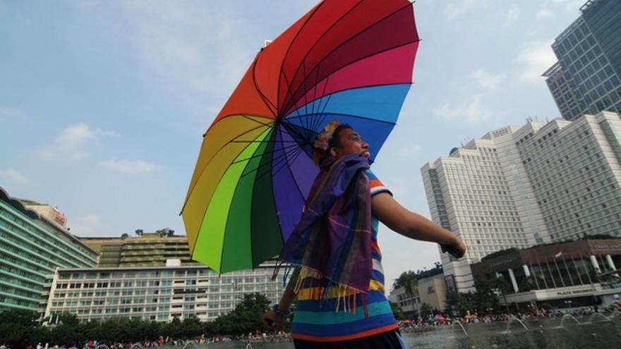 Un manifestante en Jakarta, Indonesia se une al Día Internacional contra la Homofobia, la Transfobia y la Bifobia.