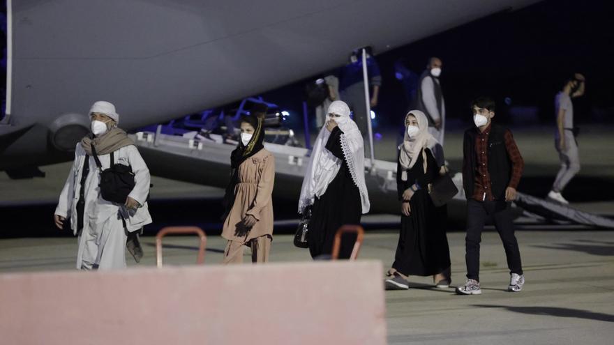 Los primeros 53 españoles y afganos evacuados de Kabul ya están en Madrid