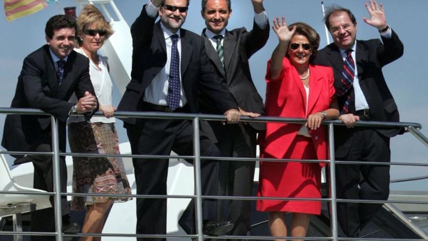 El expresidente Camps con Mariano Rajoy y otros excargos del PP en un yate visitando la Copa América.