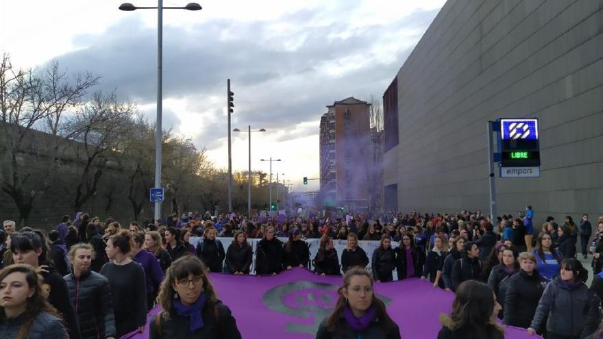 Un grupo de mujeres durante la manifestación por el 8M en Pamplona