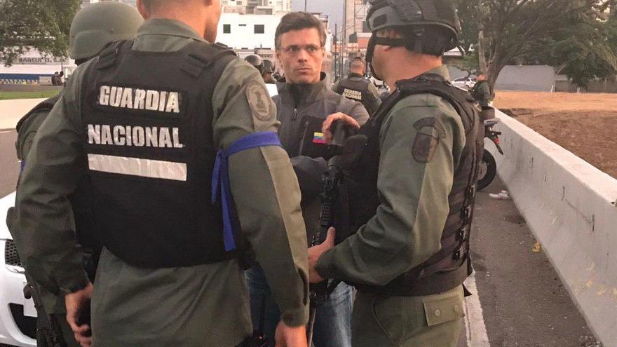 Leopoldo López rodeado de militares venezolanos tras su liberación.