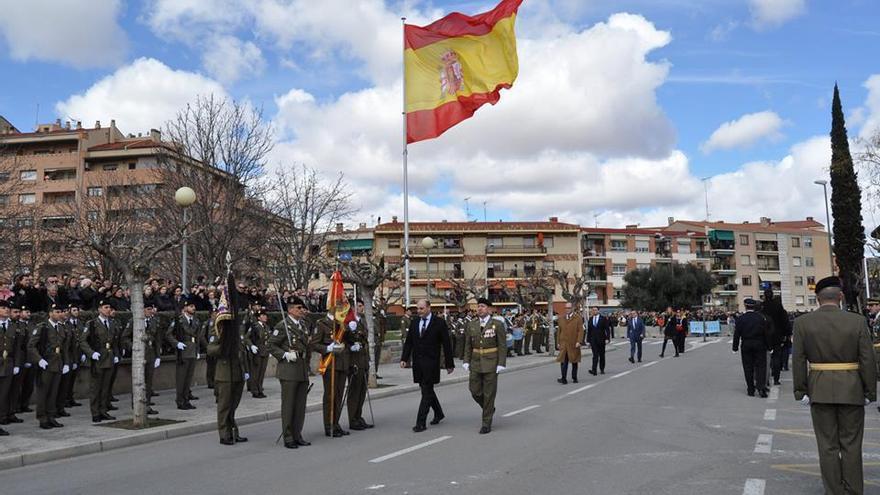 La bandera, de 18 metros de largo, ondea desde el 18 de marzo en el parque de la plaza Joaquín Costa de Alcañiz