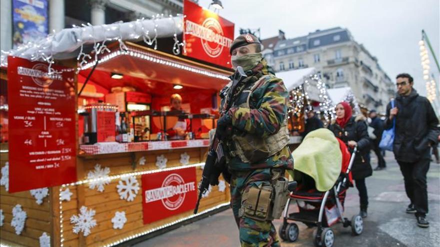 Un hombre amenaza con llevar un paquete con explosivos en la sede de la OTAN