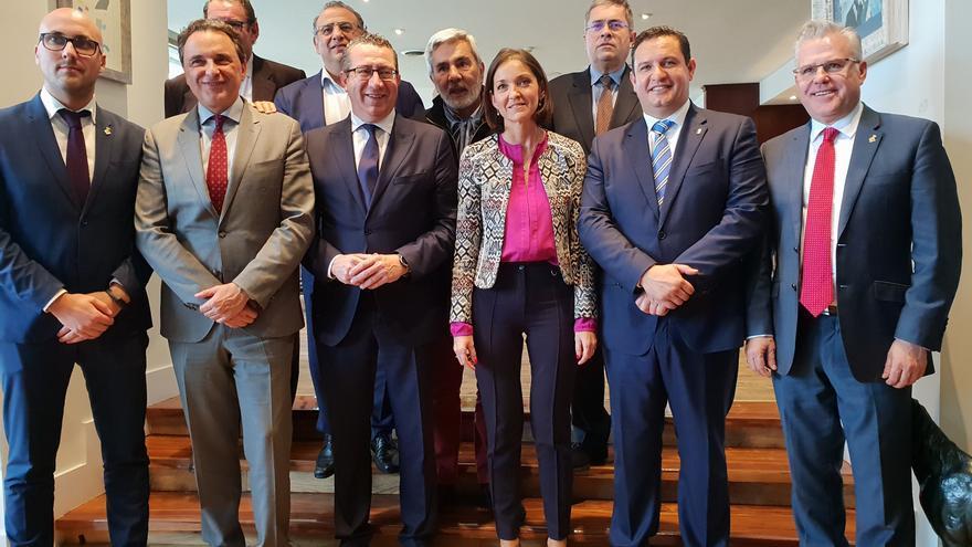 Los alcaldes de la Alianza de Municipios Turísticos de Sol y Playa, con los regidores de Arona y Adeje junto a la ministra de Turismo