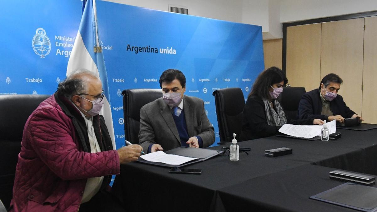 El ministro de Trabajo, Claudio Moroni, y la secretaria de Gestión y Empleo Público, Ana Castellani, con representantes de UPCN y ATE