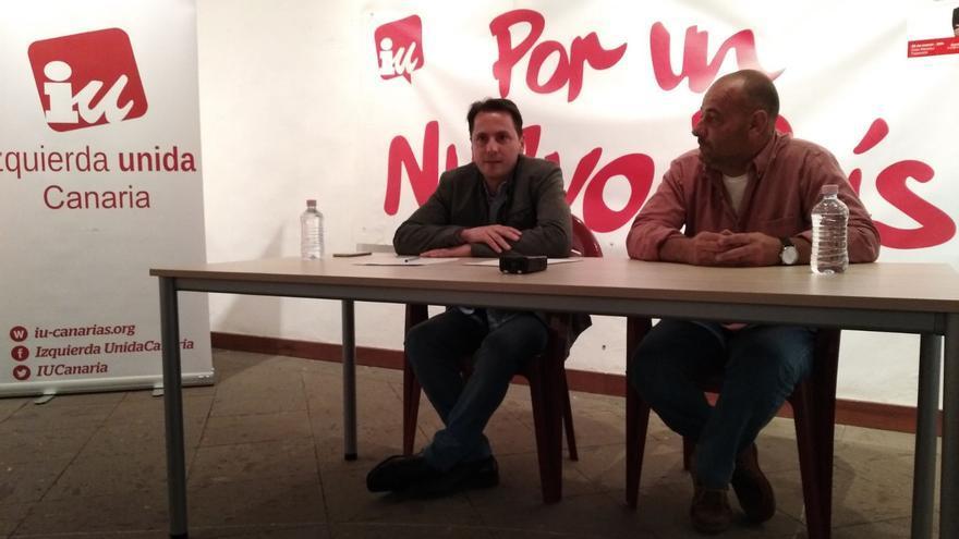 Santiago Gutiérrez junto al concejal de IUC e Tazacorte, Carlos Martín, durante la charla-coloquio.