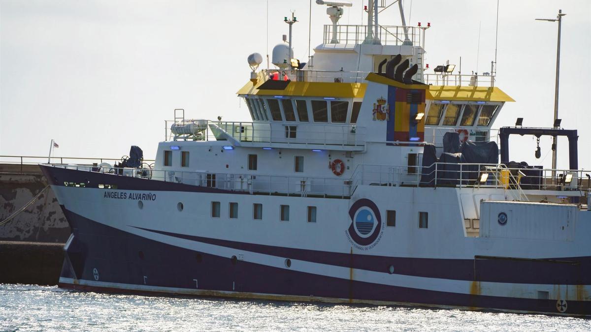 El buque Ángeles Alvariño, atracado en el puerto de Santa Cruz de Tenerife