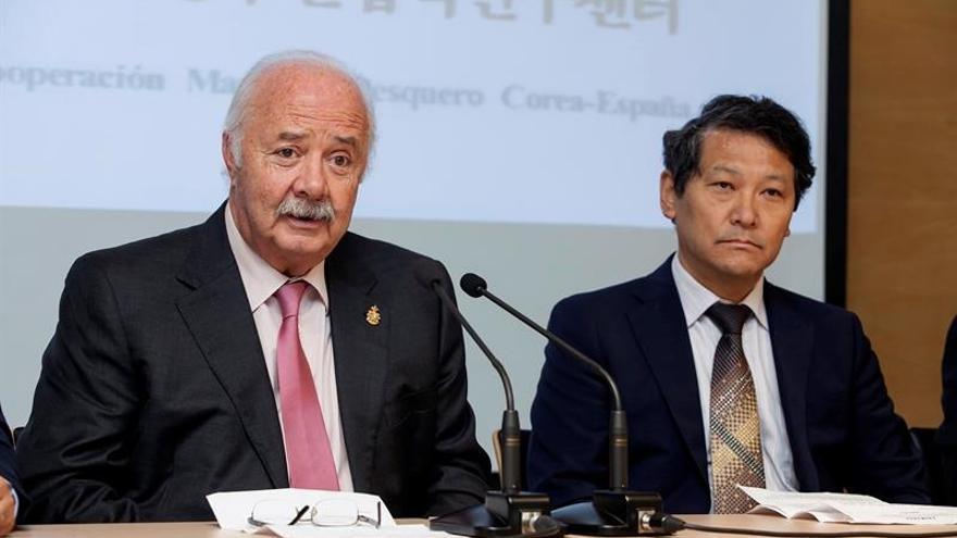 El presidente de la Autoridad Portuaria, Ricardo Melchior, y el director de Ceimarpe, Hyun Pyo Hong / Ramón de la Rocha/EFE