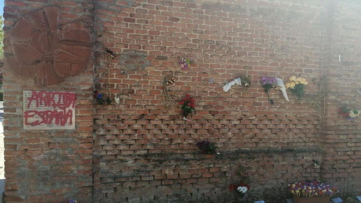La placa que homenajea a las Trece Rosas en la tapia donde fueron ejecutadas.