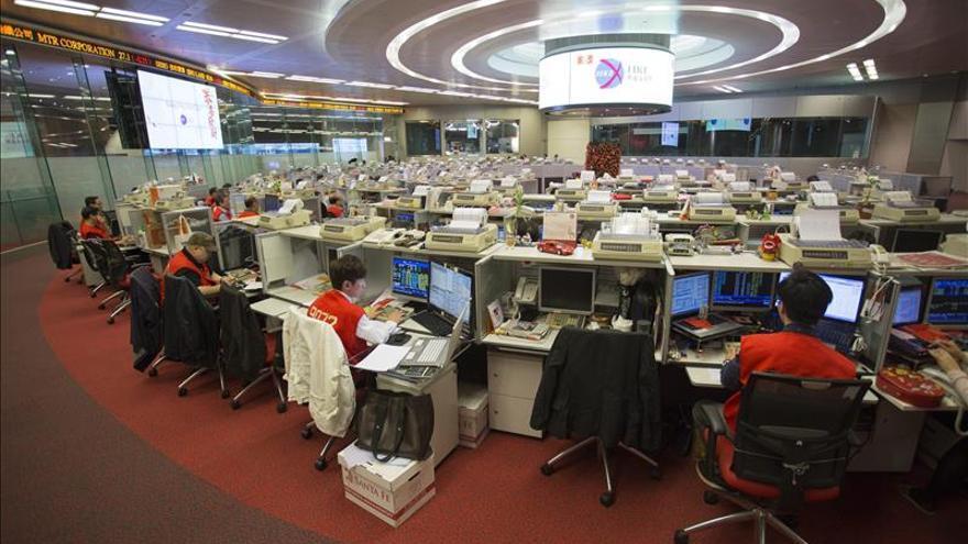 Hong Kong cambia de tendencia y sube un 0,8 % a media sesión