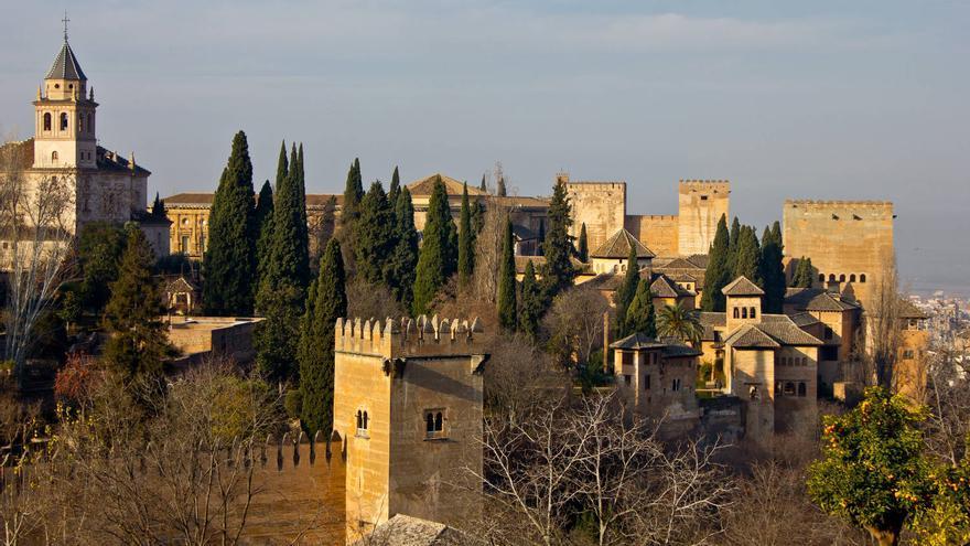 Muros y torres de La Alhambra desde El Generalife.