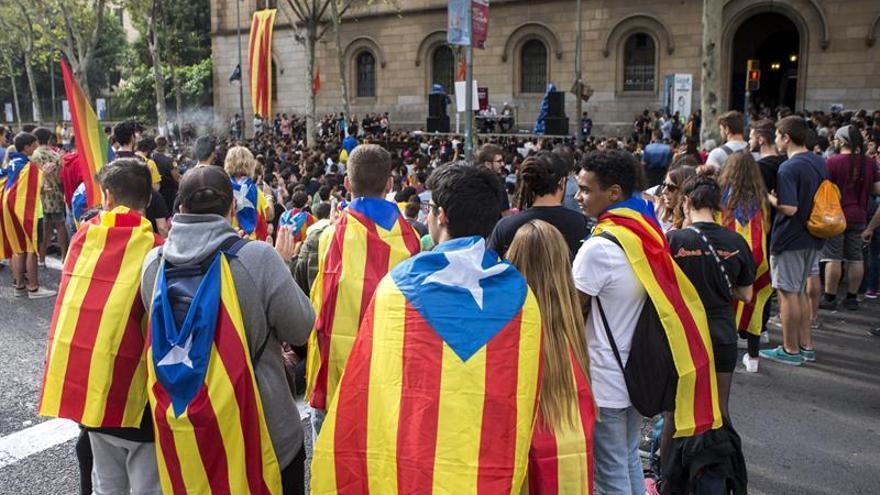 Varios centenares de estudiantes cortan y montan un escenario en la Gran Vía de Barcelona