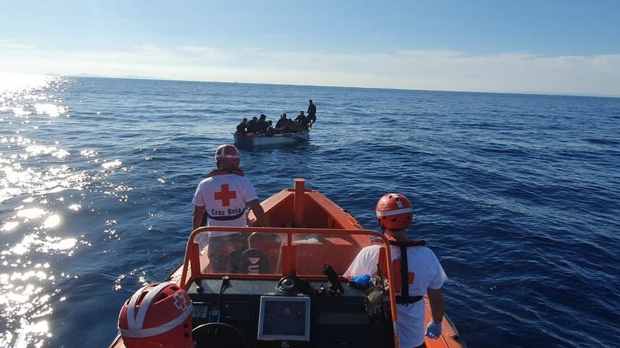 Salvamento Marítimo busca una patera con unas 67 personas en aguas de Alborán
