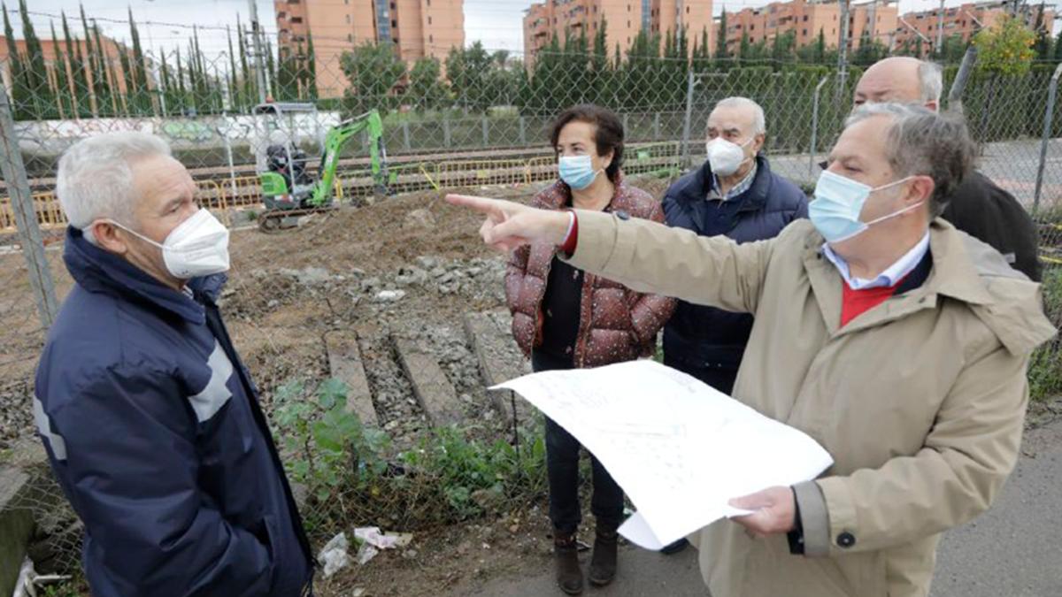 El presidente de la GMU, Salvador Fuentes (dcha), junto a vecinos en Los Olivos Borrachos.