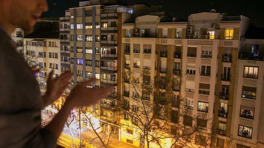"""Los madrileños salen a los balcones para decir """"gracias"""" a los sanitarios"""