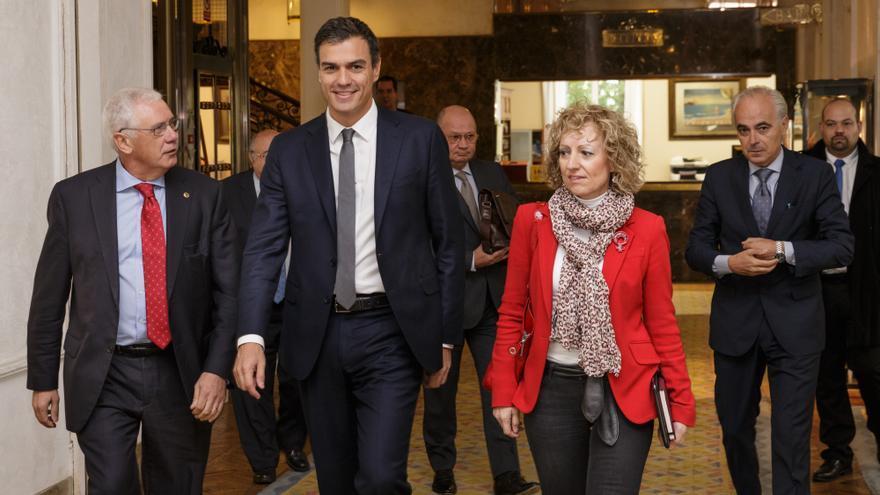 Pedro Sánchez, a su entrada al Hotel Real, acompañado por la vicepresidenta de Cantabria, Eva Díaz Tezanos. | Raúl Lucio