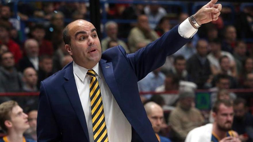 El entrenador Víctor García, durante el partido entre el Armani Exchange Milano y Herbalife Gran Canaria