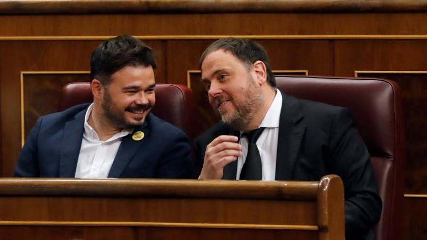 Oriol Junqueras conversa con Gabriel Rufián en la sesión constitutiva del Congreso