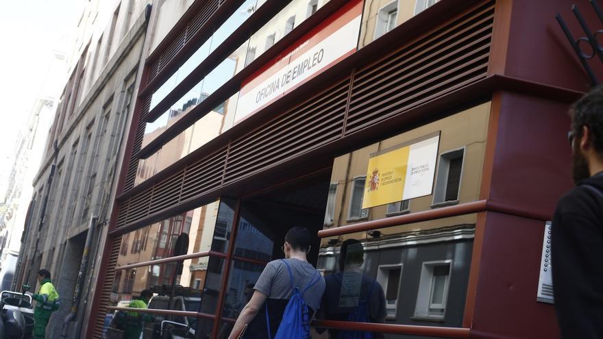 El paro baj en personas en canarias en 2015 for Oficina empleo cantabria
