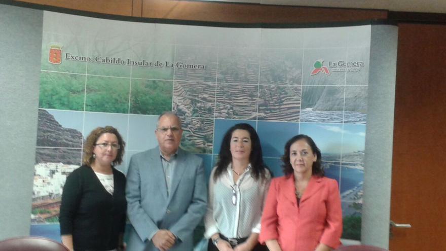 La consejera de personal, Rosa Mary Dorta, junto a Casimiro Curbelo y las dos nuevas funcionarias