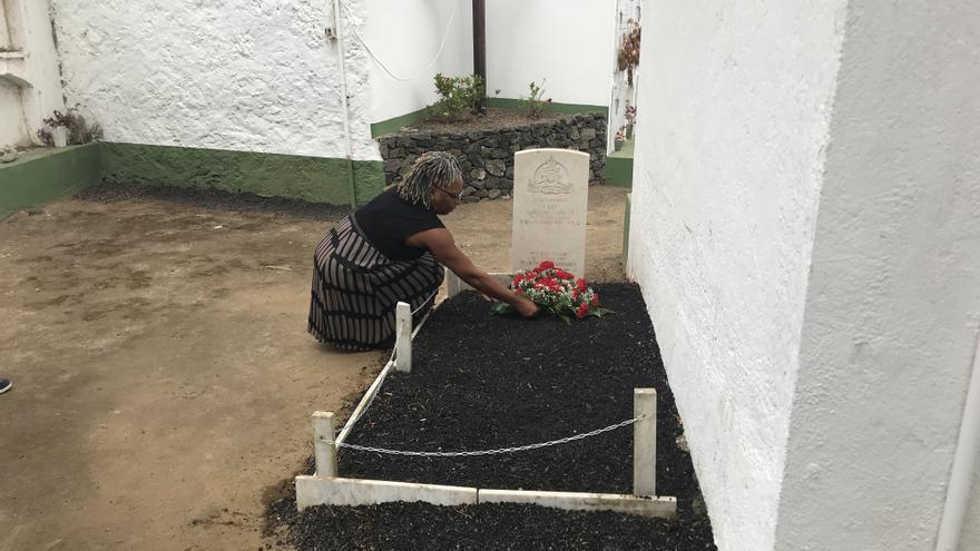 La cónsul británica Charmaine Arbuin en la tumba del soldado británico.