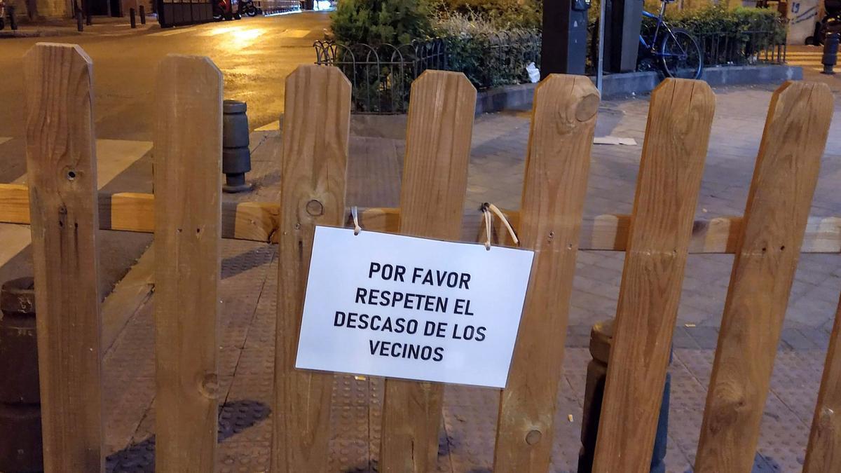 Cartel de una terraza que pide no hacer ruido en la calle Ponzano