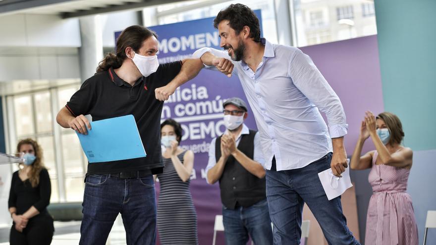 El vicepresidente del Gobierno, Pablo Iglesias, y el candidato de Galicia en Común, Antón Gómez-Reino, en un acto de campaña