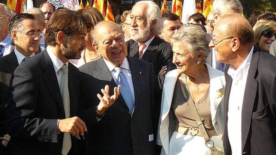 Jordi Pujol, junto a su hijo Oriol y su esposa Marta, junto a dirigentes de CDC, en la Diada de 2011 FOTO: CDC