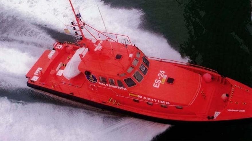 Trasladados al puerto de Tarifa 40 magrebíes rescatados de una patera en aguas del Estrecho