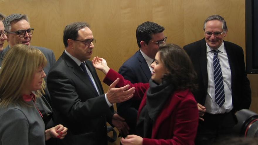 El Conseller de Hacienda, Vicent Soler saluda a la vicepresidenta del Gobierno, Soraya Saénz de Santamaría, en Madrid.