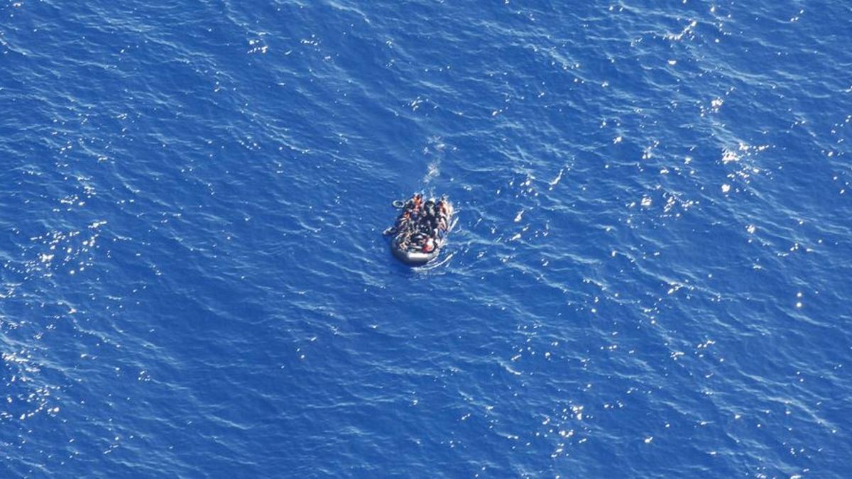 Imagen de una patera que fue localizada por Salvamento Marítimo el pasado 6 de junio