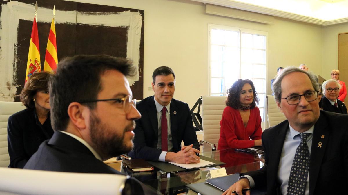 Los representantes del Gobierno y la Generalitat en la reunión de la mesa de diálogo, en febrero de 2020
