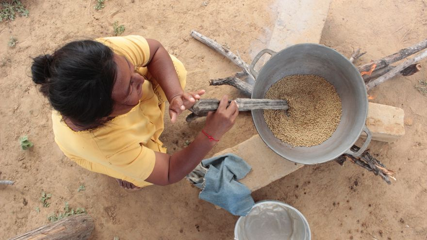 Una mujer wayúu prepara en la Guajira de Colombia la multimezcla nutritiva que está promoviendo con los proyectos que realiza FUCAI con apoyo de Manos Unidas.