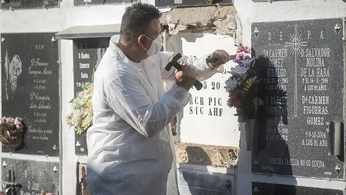 Un trabajador de Cecosam en uno de los cementerios en Córdoba