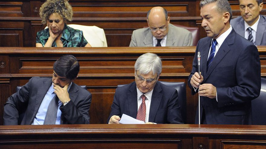 De izquierda a derecha: Javier González Ortiz, José Miguel Pérez y Paulino Rivero durante el Pleno del Parlamento.