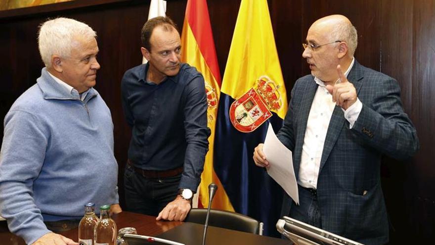 El presidente del Cabildo de Gran Canaria, Antonio Morales (d); el alcalde de Agüimes, Oscar Hernández, y el consejero de Cooperación Institucional y Solidaridad Internacional, Carmelo Ramírez. EFE/Elvira Urquijo A.