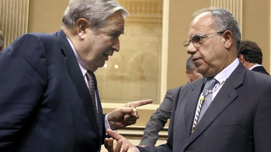 El Diputado del Común, Jerónimo Saavedra (i), conversa con el diputado de La Gomera, Casimiro Curbelo. (Efe).