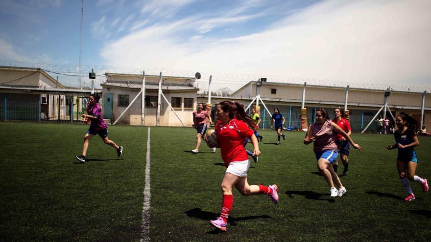 Una 'espartana' corre con el balón durante un partido en la cárcel de mujeres San Martín de Buenos Aires, Argentina