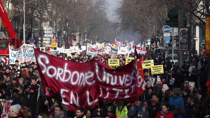 Manifestación en París este viernes contra la reforma de las pensiones que quiere aprobar el Gobierno francés en Consejo de Ministros.