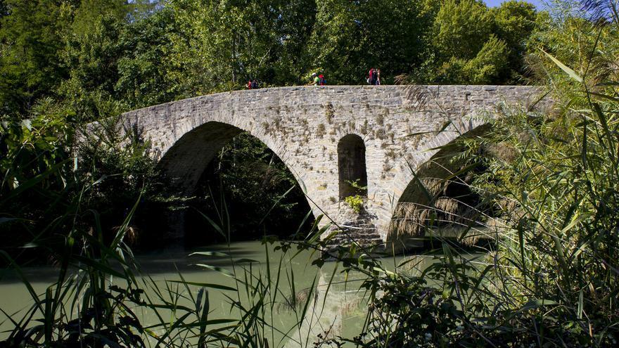 El Puente de la Magdalena sigue siendo el punto de entrada a Pamplona para los peregrinos que transitan el Camino Francés. Viajar Ahora