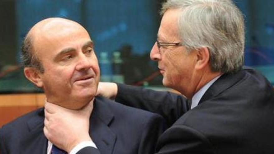 Luis De Guindos y Jean Claude Juncker en una de las escenas descritas en el libro.