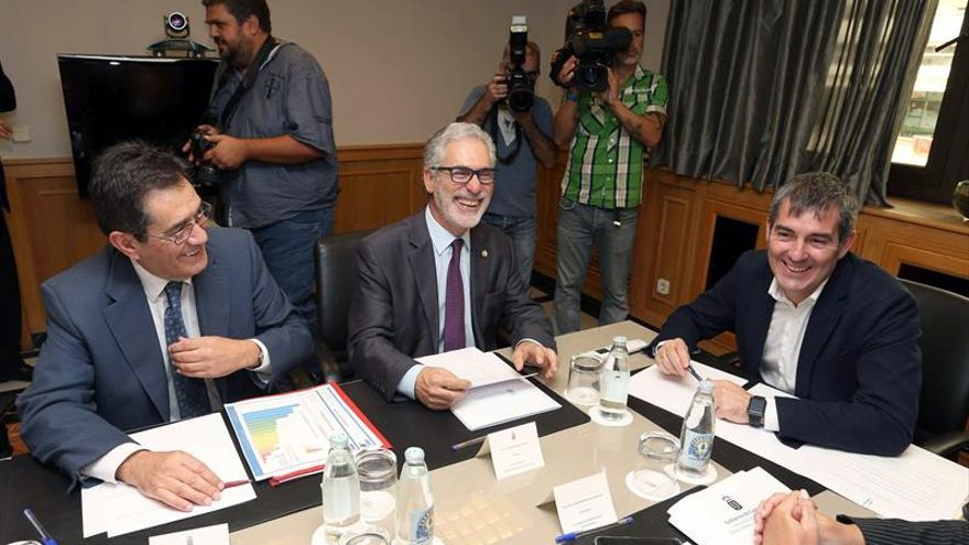El presidente del Gobierno de Canarias, Fernando Clavijo (d), reunido con los rectores de las universidades de La Laguna y de Las Palmas de Gran Canaria, Antonio Martinón (i) y José Regidor (c), respectivamente.