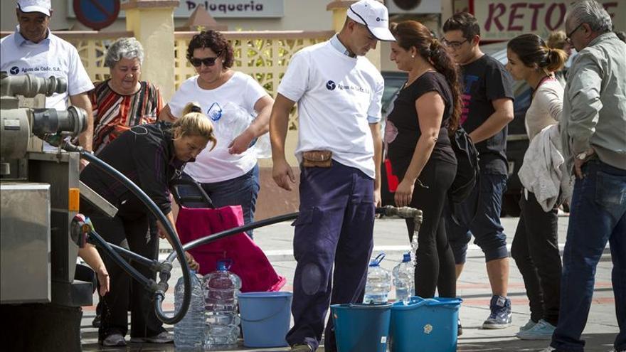 Trece mil vecinos de Cádiz indignados tras 24 horas sin agua por una bacteria