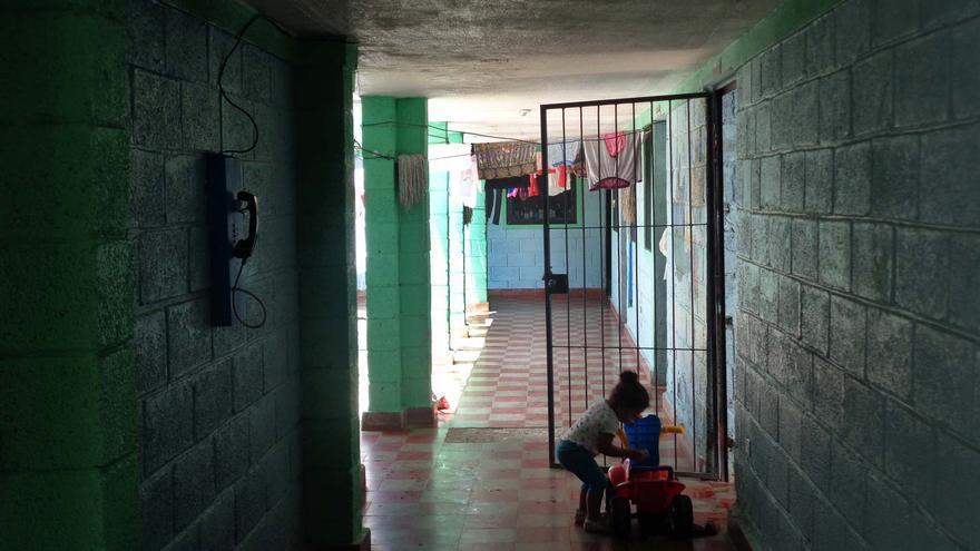 Una niña juega dentro del PNFAS, el espacio habilitado donde las madres presas conviven con sus hijos hasta que estos cumplen 4 años.
