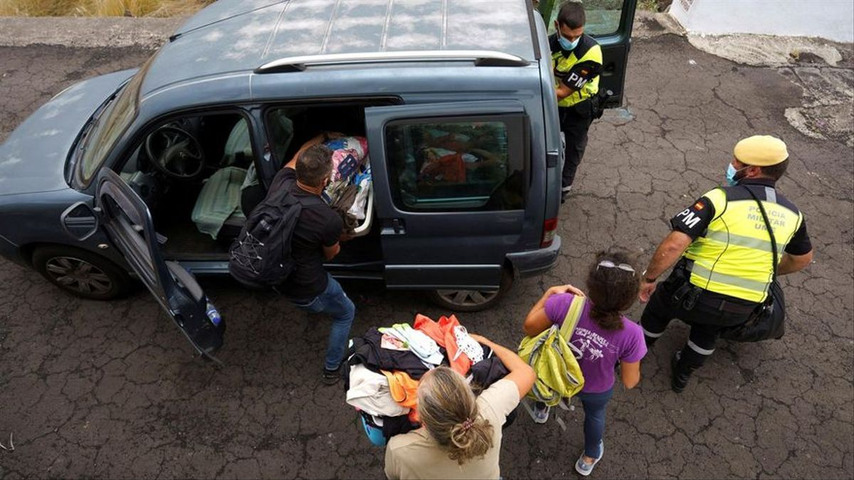 Evacuación de Todoque ante la llegada de la lava. EFE