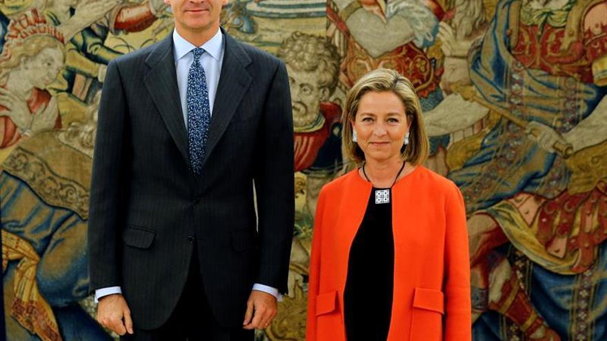 El Rey junto a la diputada de Coalición Canaria Ana Oramas