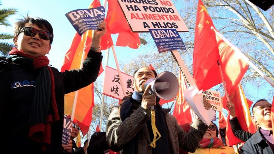 Residentes chinos se quejan por bloqueos bancarios que se empiezan a levantar