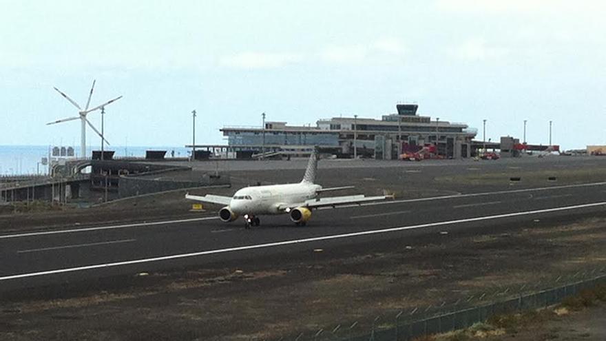 En la imagen, este sábado, 21 de junio, momento en que el primer avión de Vueling procedente de Barcelona aterriza en Mazo.