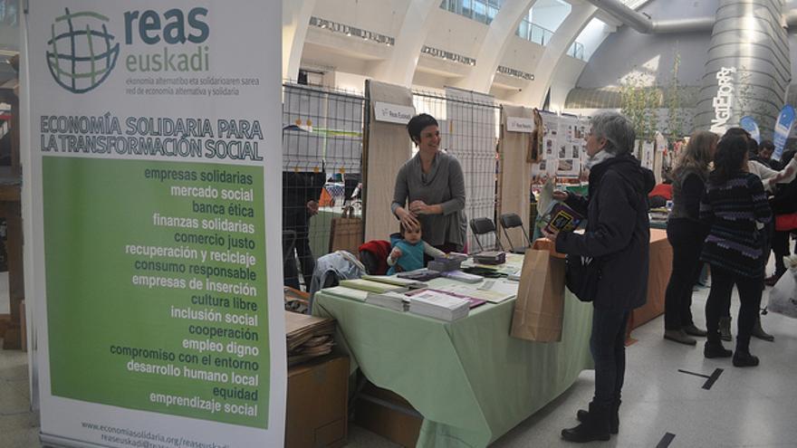 La primera feria de economía solidaria celebrada en Euskadi reunió a 50 empresas.